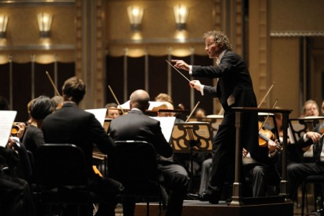 Franz-Welser-Most-Music-Director-and-The-Cleveland-Orchestra-at-Severance-Hall-photo-credit-Roger-Mastroianni-CLO060508_173-700x467